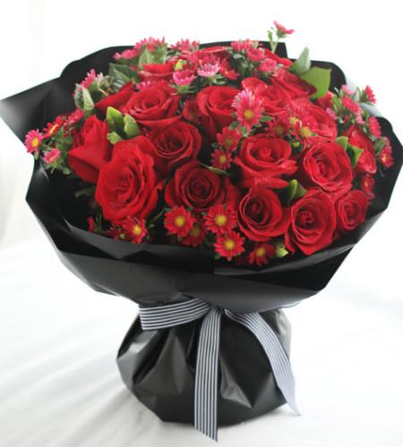 爱情--红玫瑰33枝、红色小雏菊7枝、栀子叶1扎