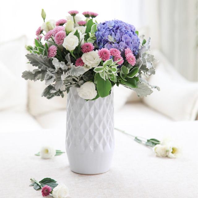 愿得一人心-蓝色绣球1枝,紫色小雏菊4枝,白色洋桔梗0.5扎(瓶插花)