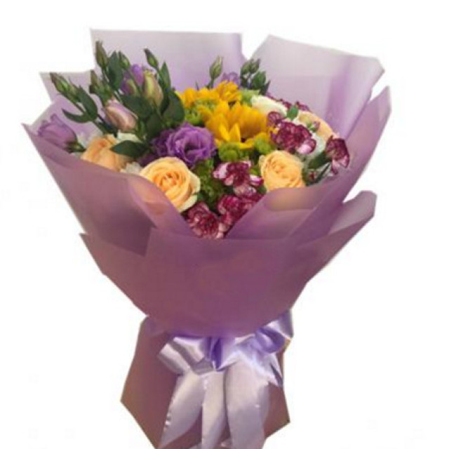 润物细无声--6枝香槟玫瑰、3枝白玫瑰、2枝向日葵