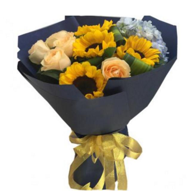 相思泪--香槟玫瑰8枝,4枝向日葵,1枝天蓝色绣球