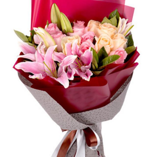 心随梦求--香槟玫瑰+粉玫瑰共11枝,多头粉色百合5枝