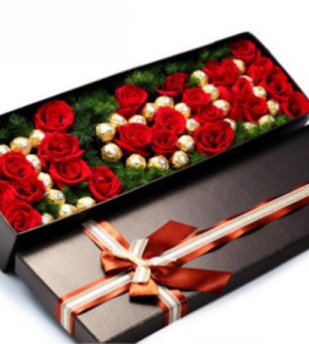 依然爱你--红玫瑰28枝,蓬莱松填充丰满,费列罗巧克力33颗