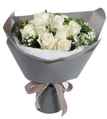 致青春--白玫瑰11枝,绿小菊1枝,白色石竹梅3枝,叶上花5枝