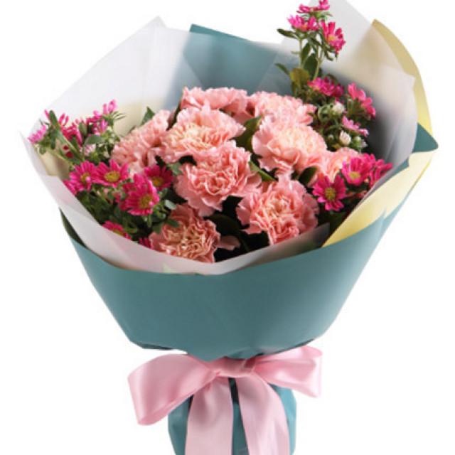 暖暖情意--粉色康乃馨16枝,迷你菊3枝,栀子叶1扎