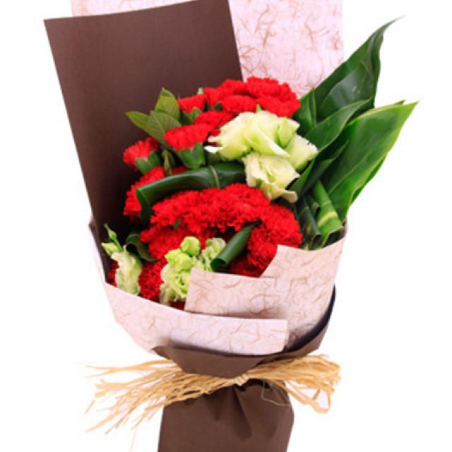 岁月--红色康乃馨29枝,绿色洋桔梗、绿铁叶适量至花束饱满