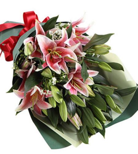 满心祝福--粉色多头香水百合6枝,白色相思梅3枝