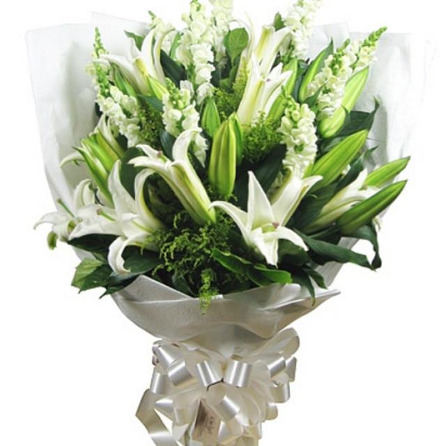 祈祷--8枝白色香水白合,10枝白色金鱼草