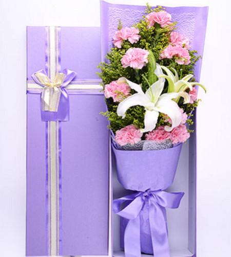 平淡是真--11枝粉色康乃馨,1枝白色香水百合