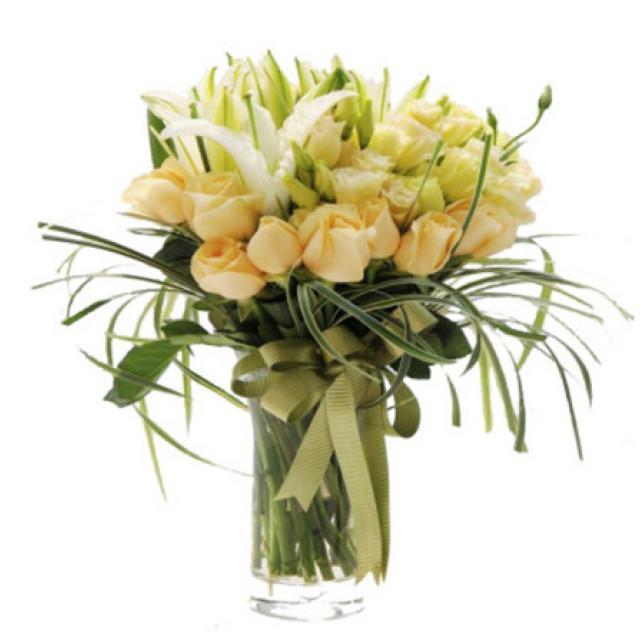 顺心--11枝香槟玫瑰,8枝白色香水百合,5枝香槟色桔梗